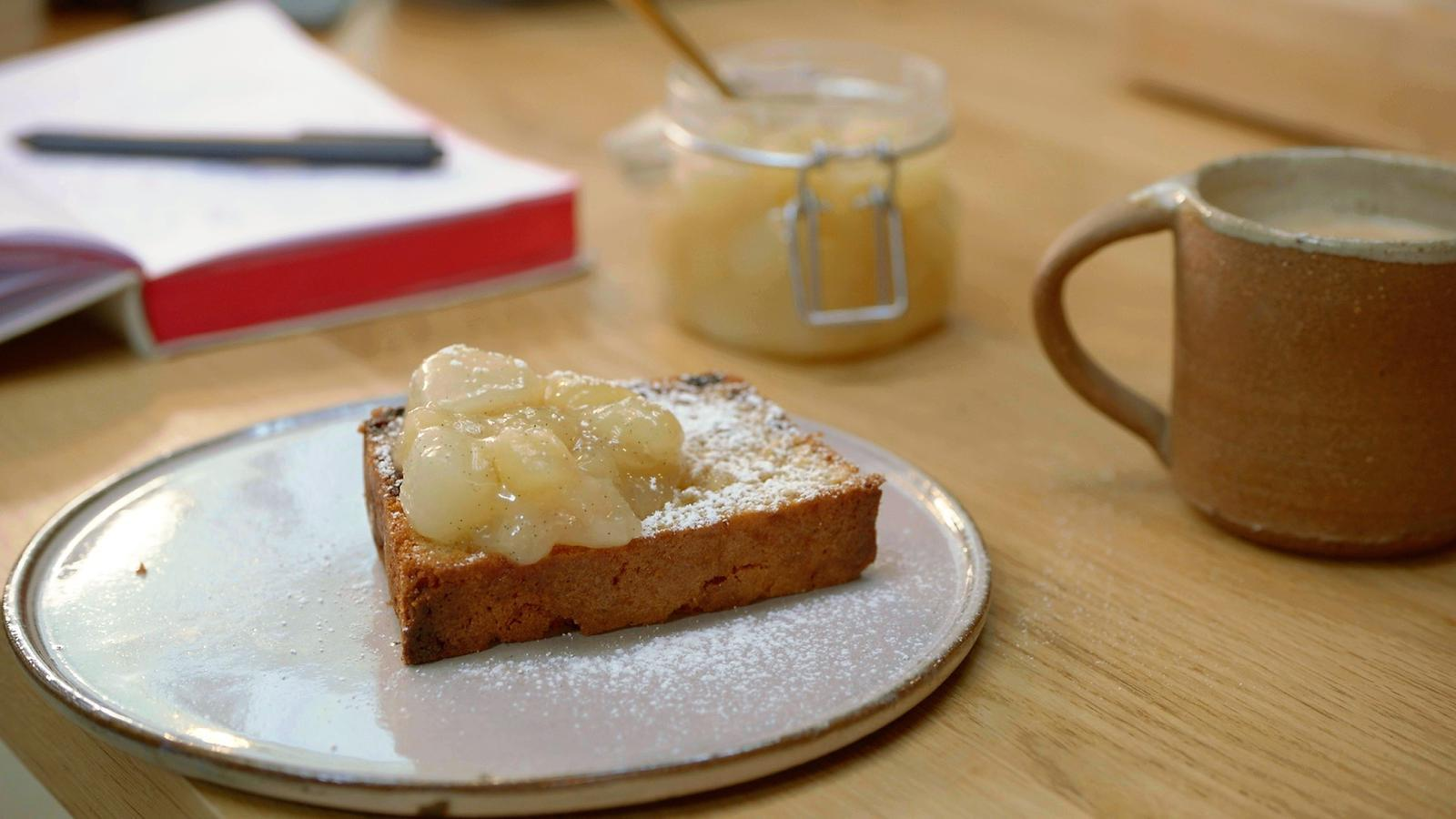 Rozijnencake met confituur van peer en gember