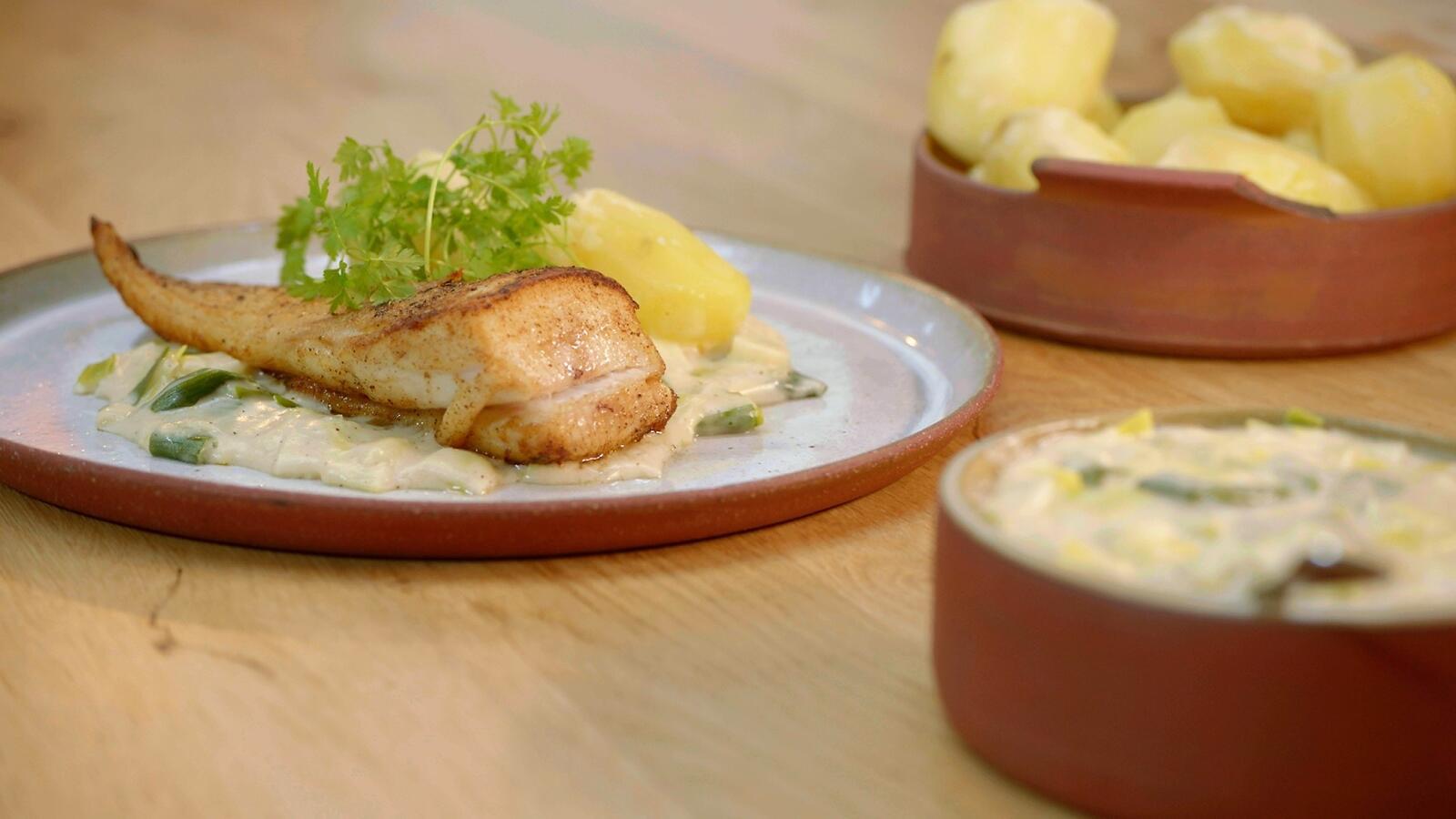 Gebakken roggenvleugel met preisaus en gekookte aardappelen