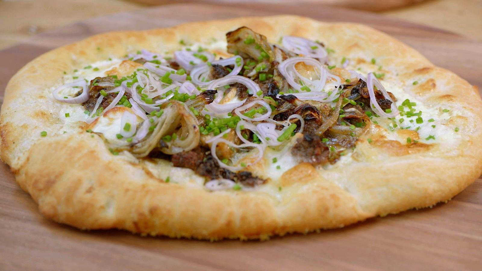 Pizza bianca met witloof, rundergehakt en geitenkaas