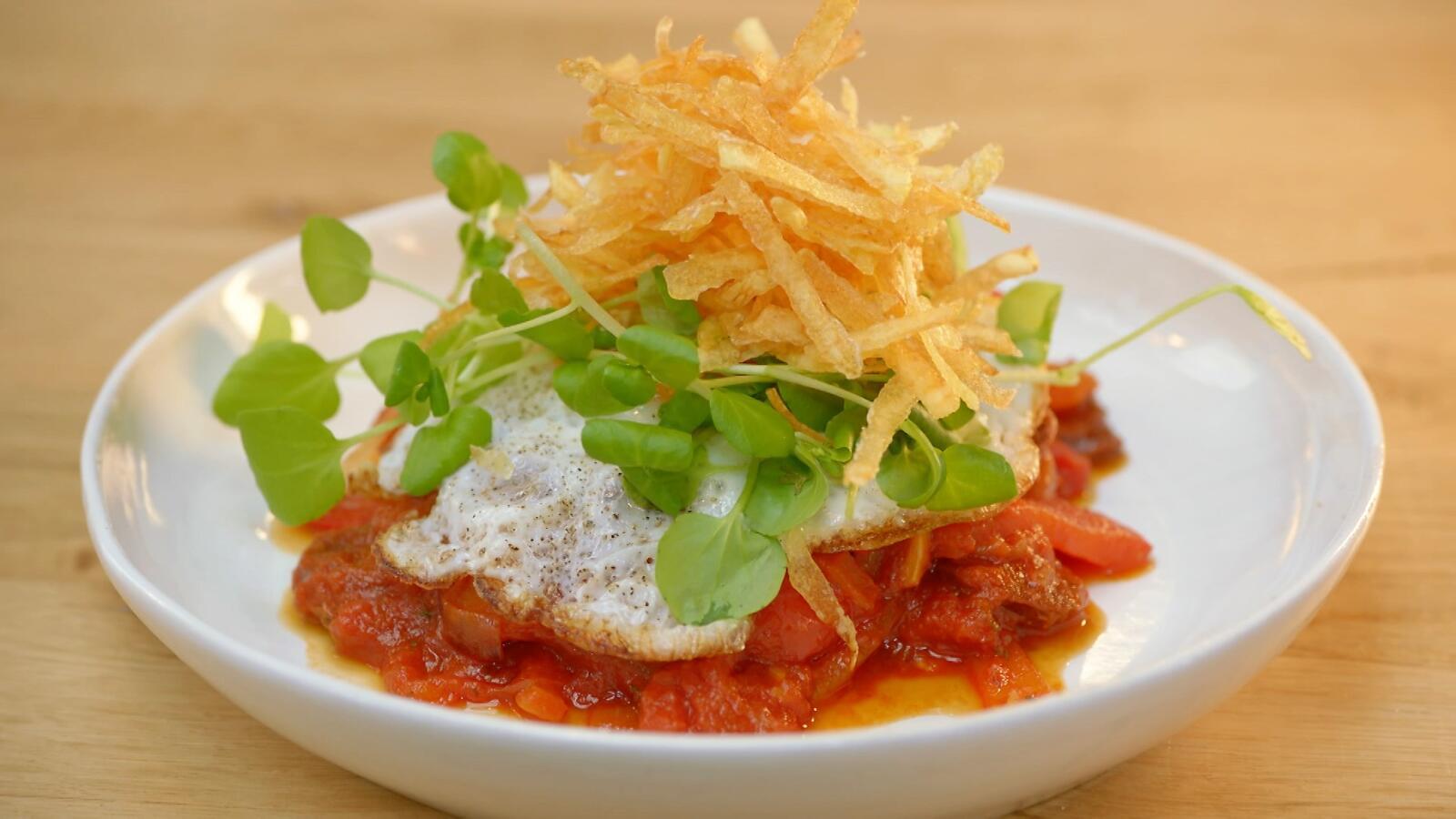 Stoofpotje van chorizo en paprika met crumble van aardappel en een spiegeleitje
