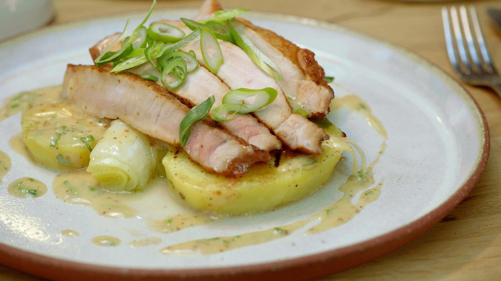 Varkenskotelet met prei, mosterdvinaigrette en aardappelschijfjes