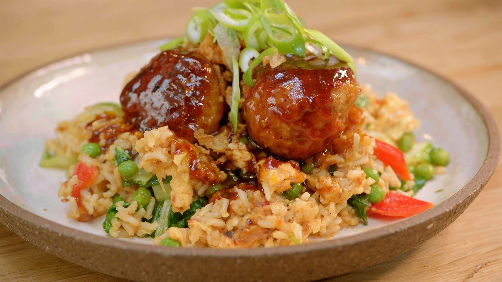 Gehaktballen met gebakken rijst en barbecuesaus