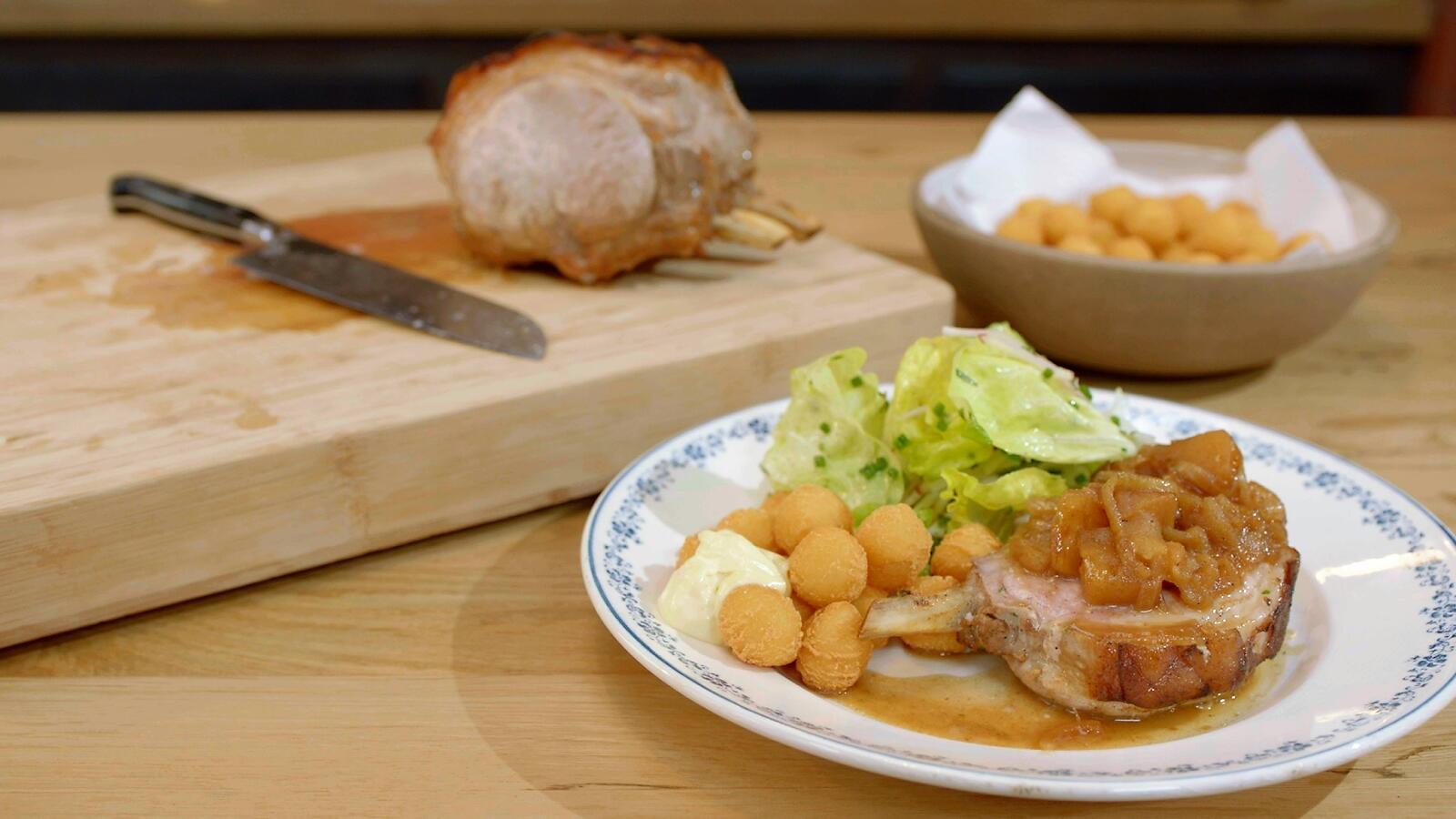 Varkenskroon met cider en appel, kropsla en aardappelnootjes