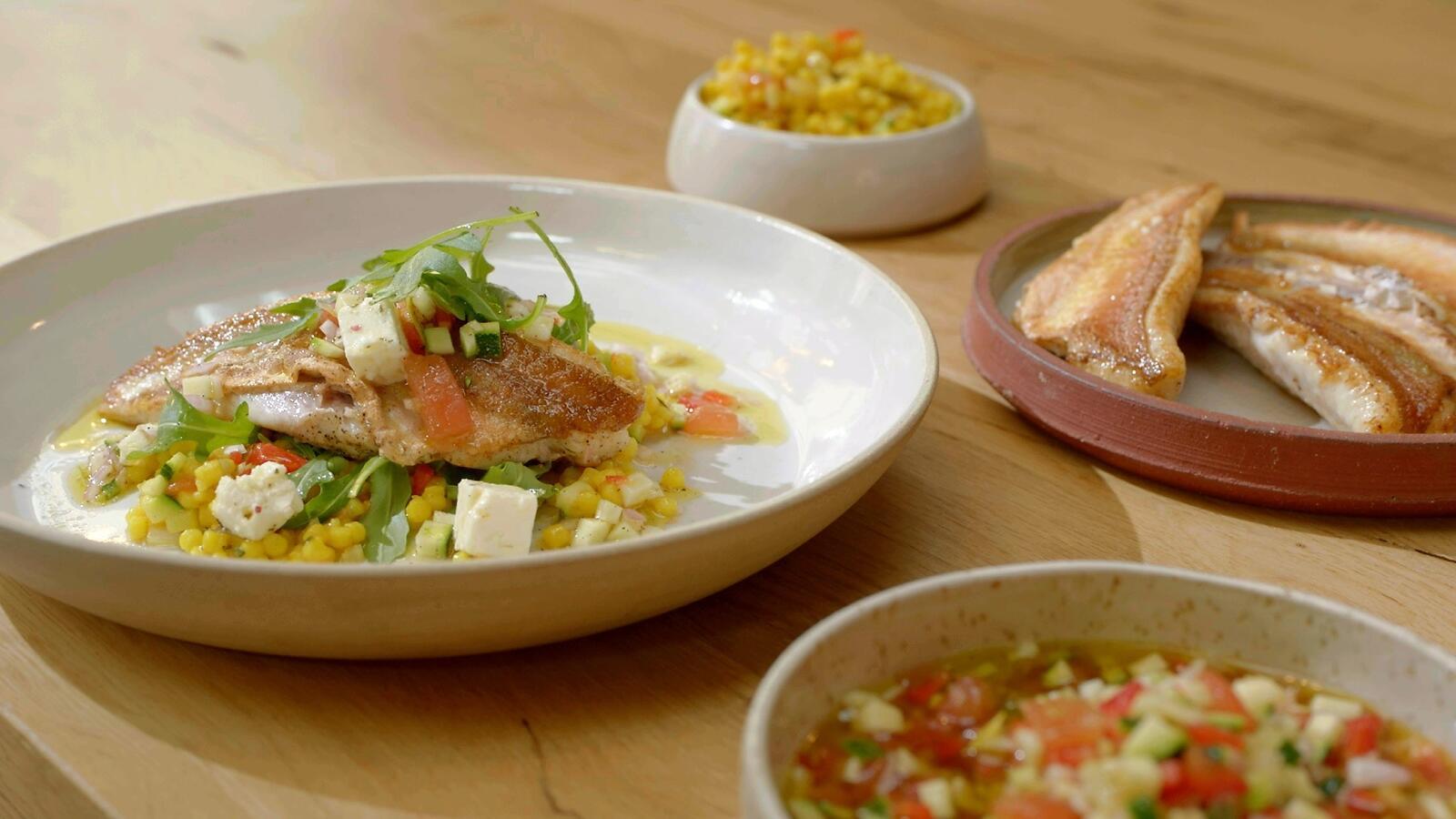 Rode poon met parelcouscous, fijne groentevinaigrette en rucola
