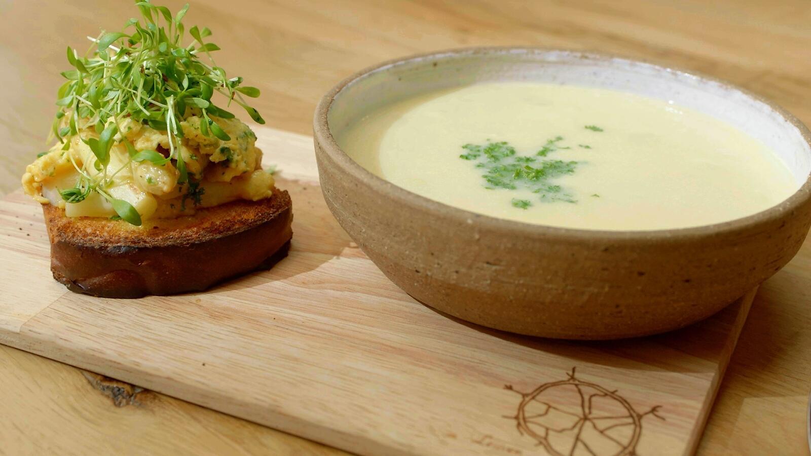 Aspergesoep en toast met gebakken asperges en roerei