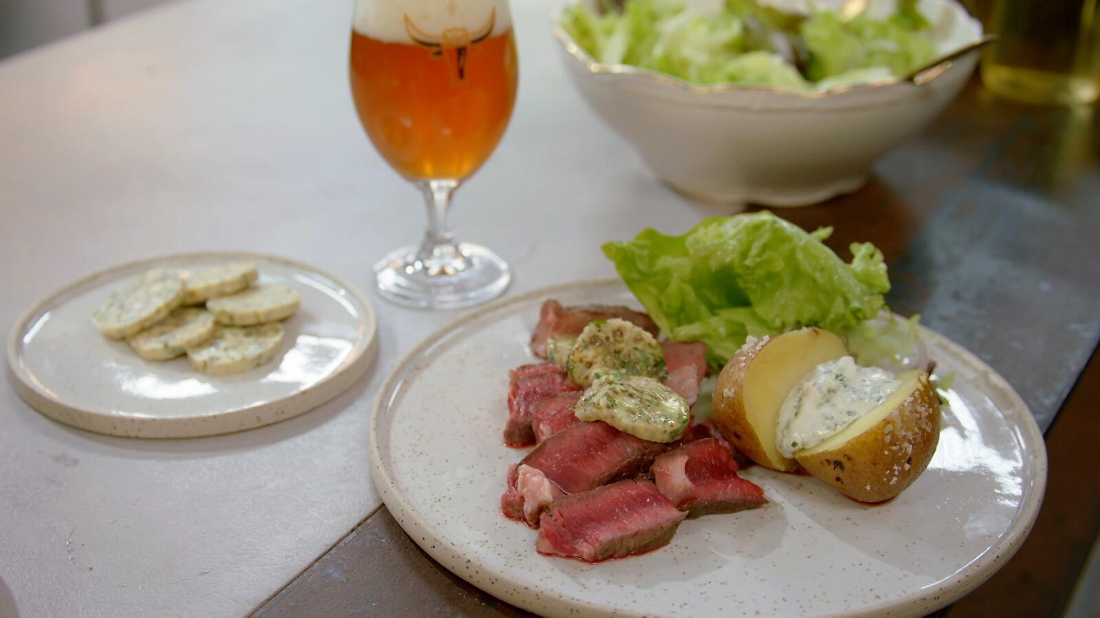 Entrecote met peperboter, gepofte aardappel en groene salade