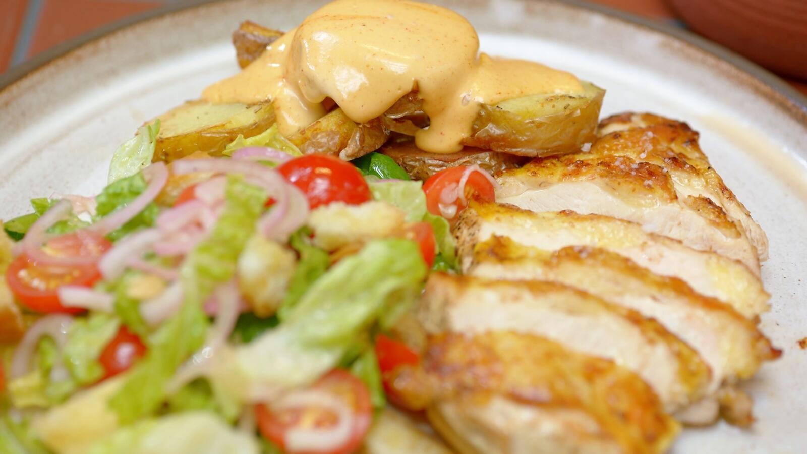 Hoevekip, salade met kerstomaatjes en gebakken aardappel met aioli