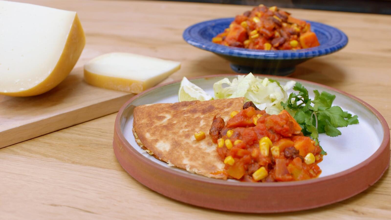 Chili sin carne met zoete aardappel en quesadilla van witte kool met brebis de Brakel