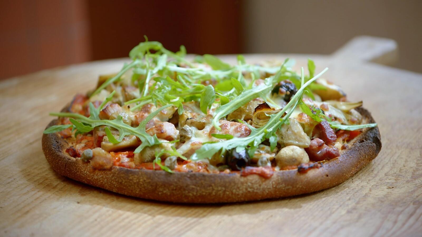 Broodpizza met tomatentapenade, champignons en gekookte ham
