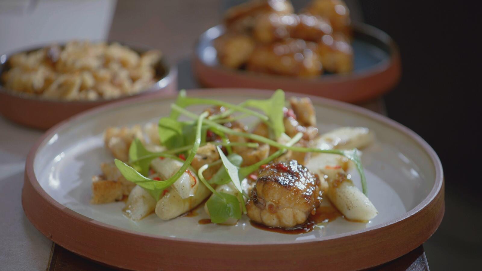 Salade met gelakte hondshaai en gebrande asperges