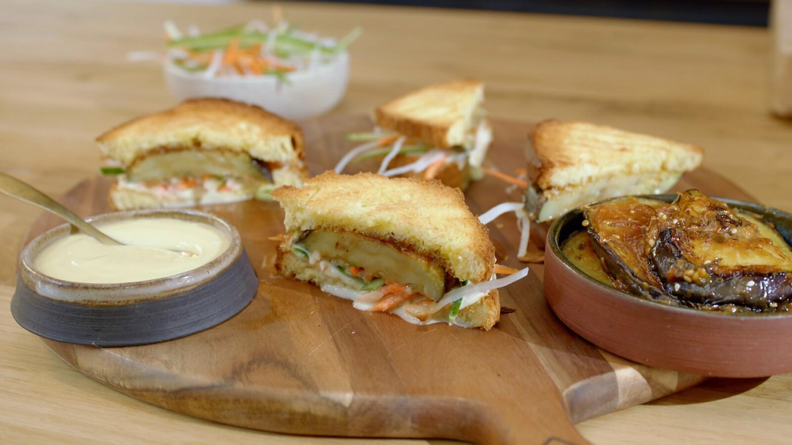 Japanse sandwich met aubergine, coleslaw en wasabidressing