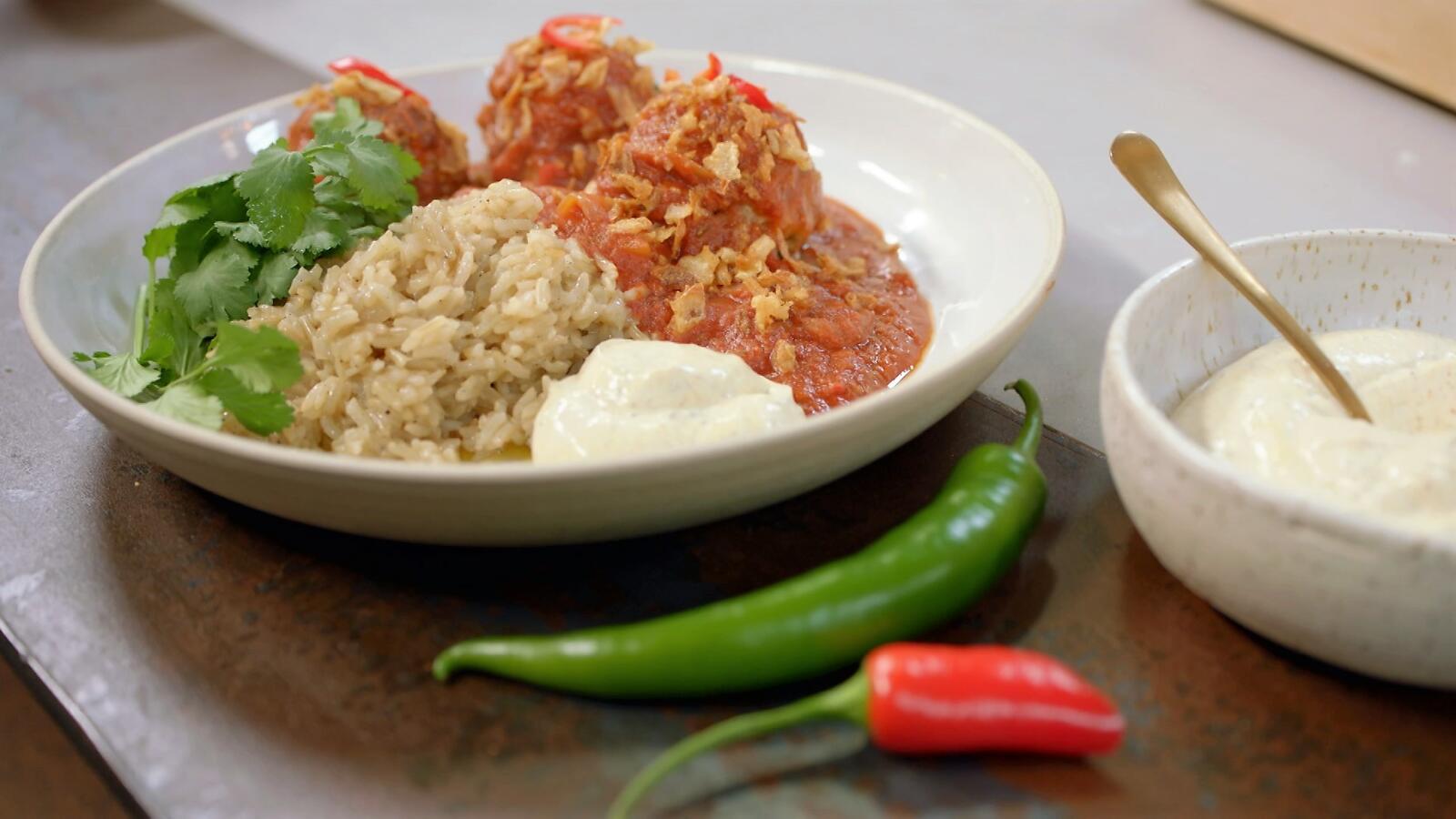 Gehaktballetjes met tomatensaus, zilverrijst en plattekaas
