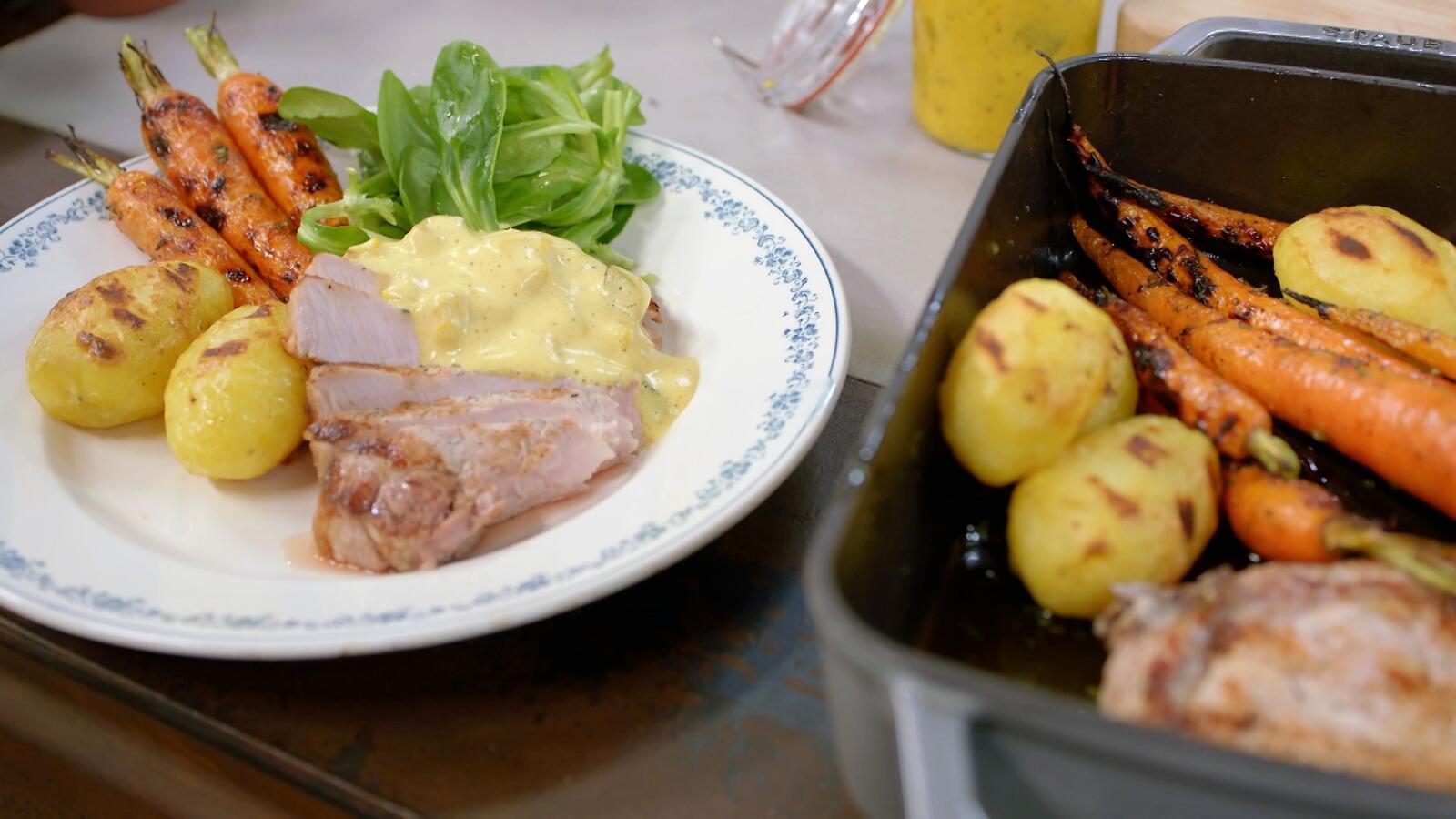 Varkenskotelet met jonge wortelen, picklesmousseline en aardappelen