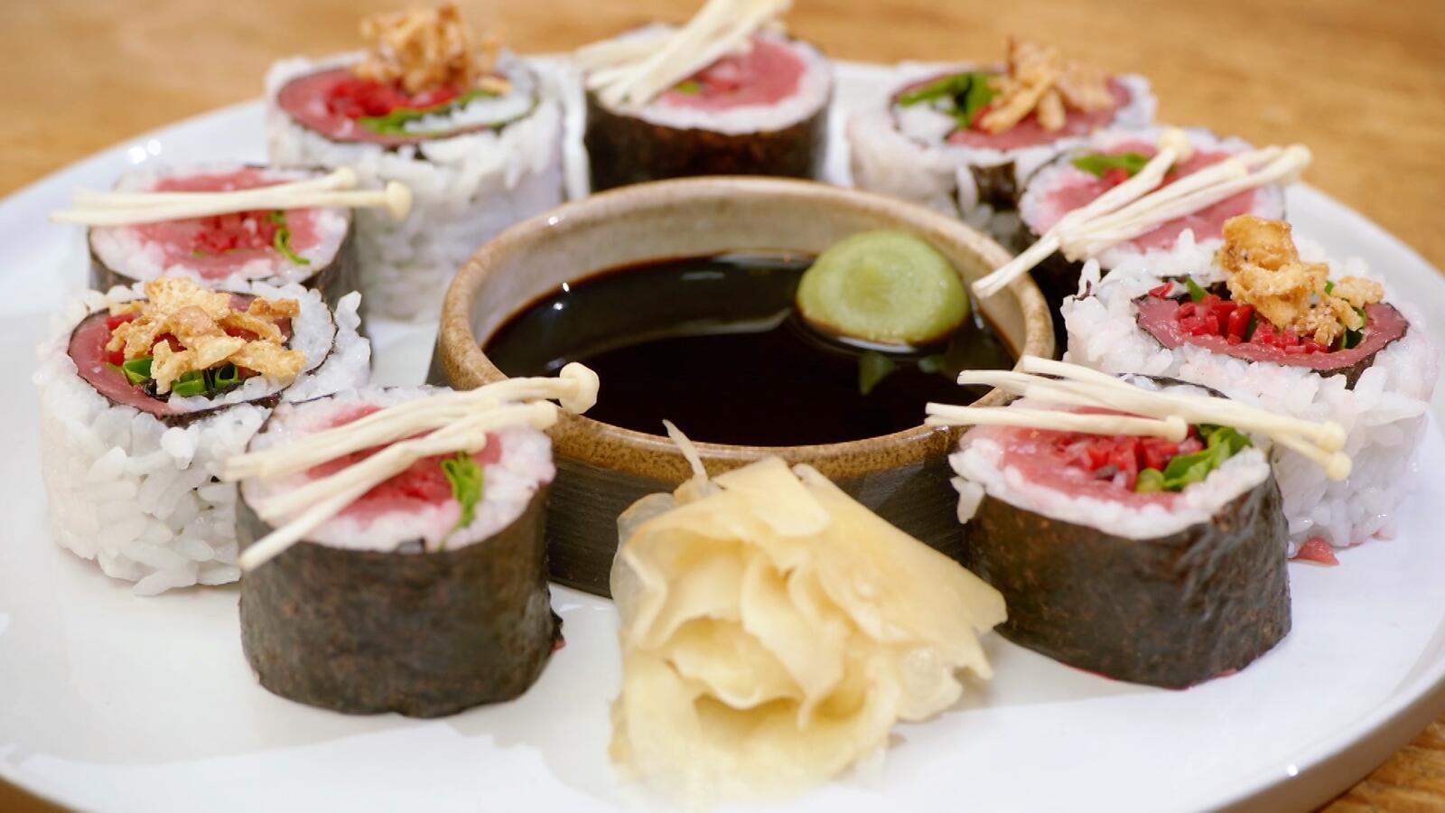 California roll en sushi met rundvlees, rode biet en waterkers