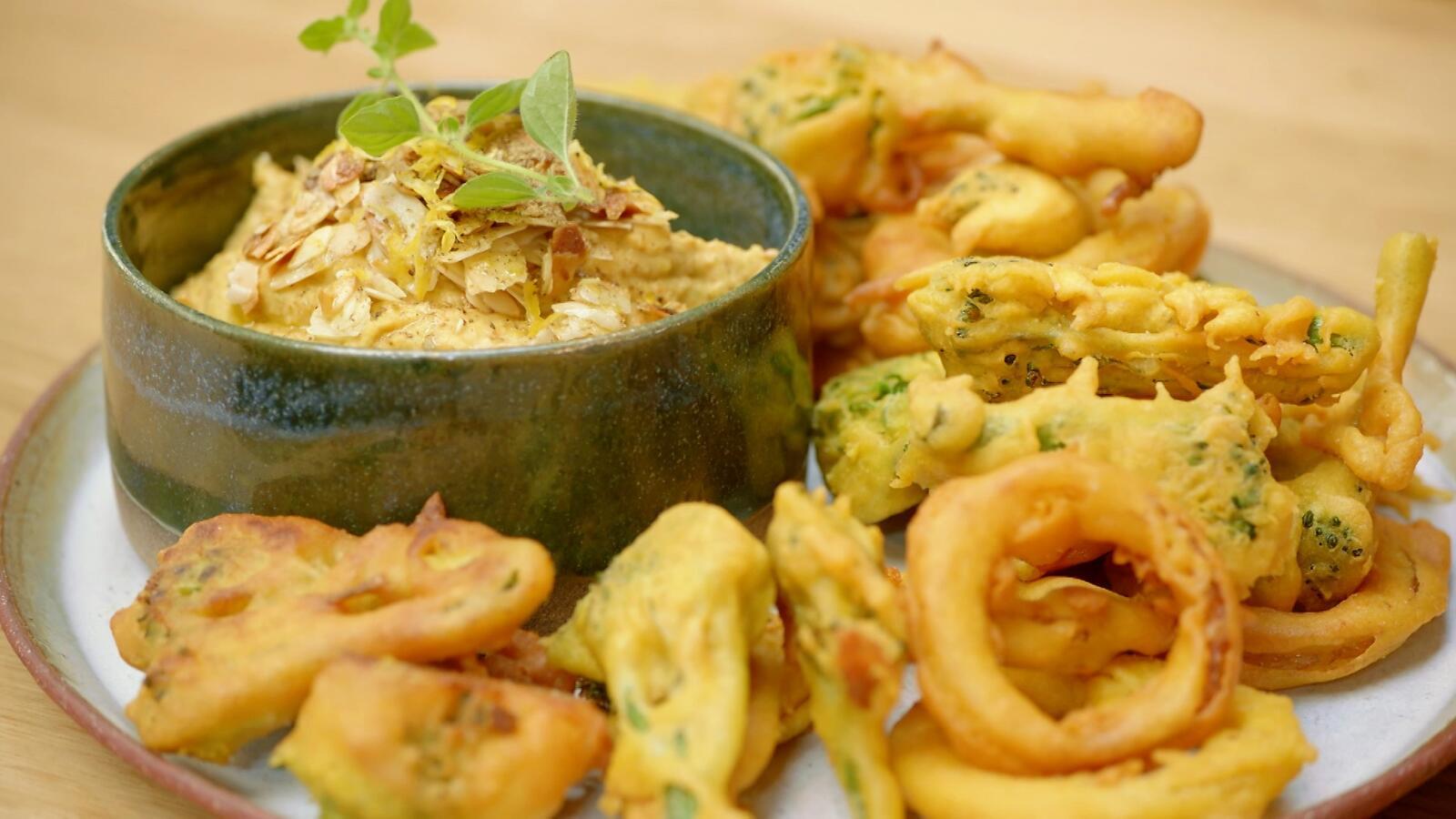 Bhaji van broccolini en rode ui met amandelhummus