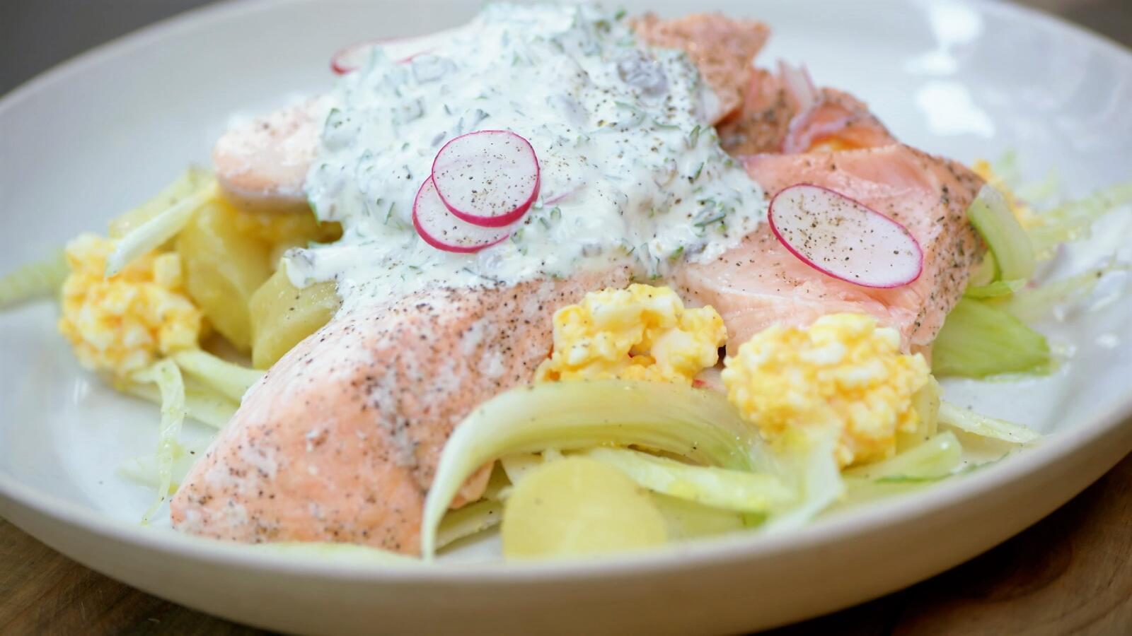 Venkelsalade met aardappel, mimosa en zalm
