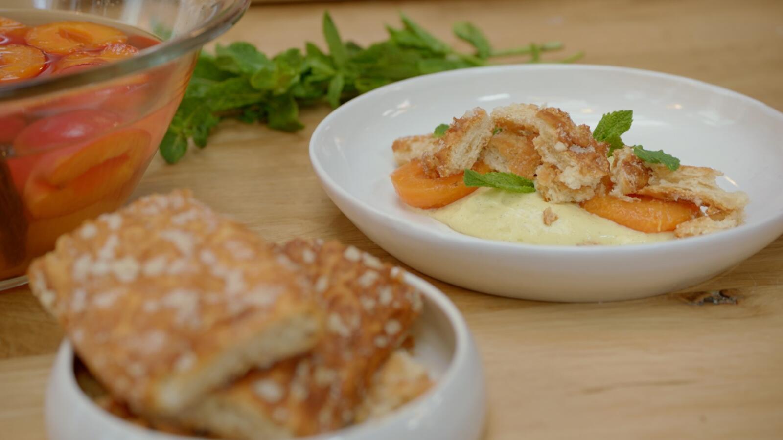 Gepocheerde abrikozen met crème chiboust en pain à la Grèque