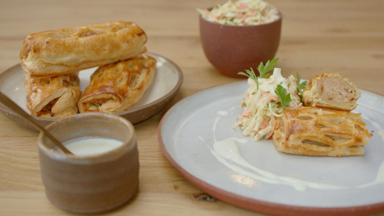 Worstenbroodje met kip, coleslaw en dressing met blauwe kaas