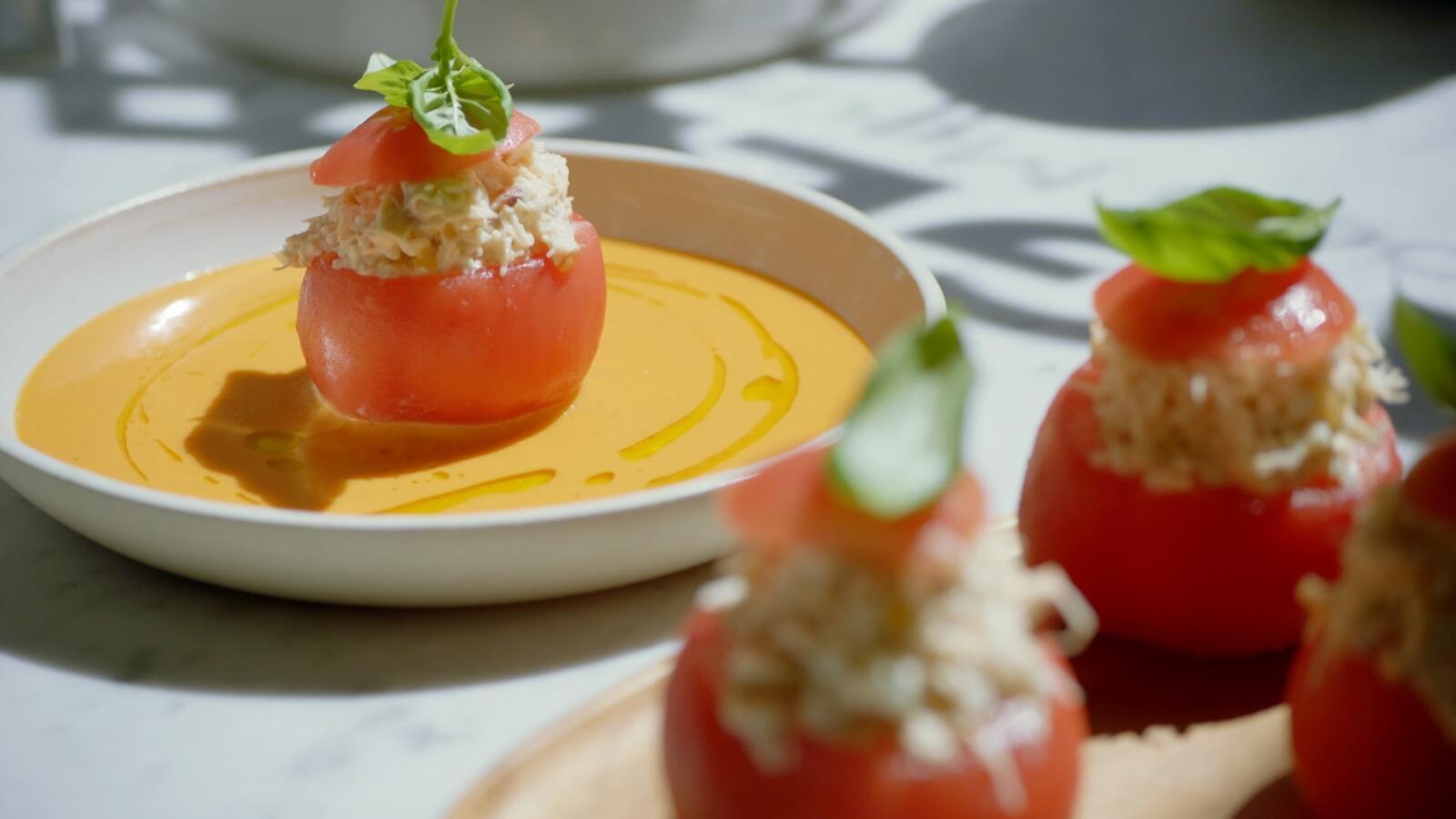 Tomaten met krabsalade en tomatencoulis