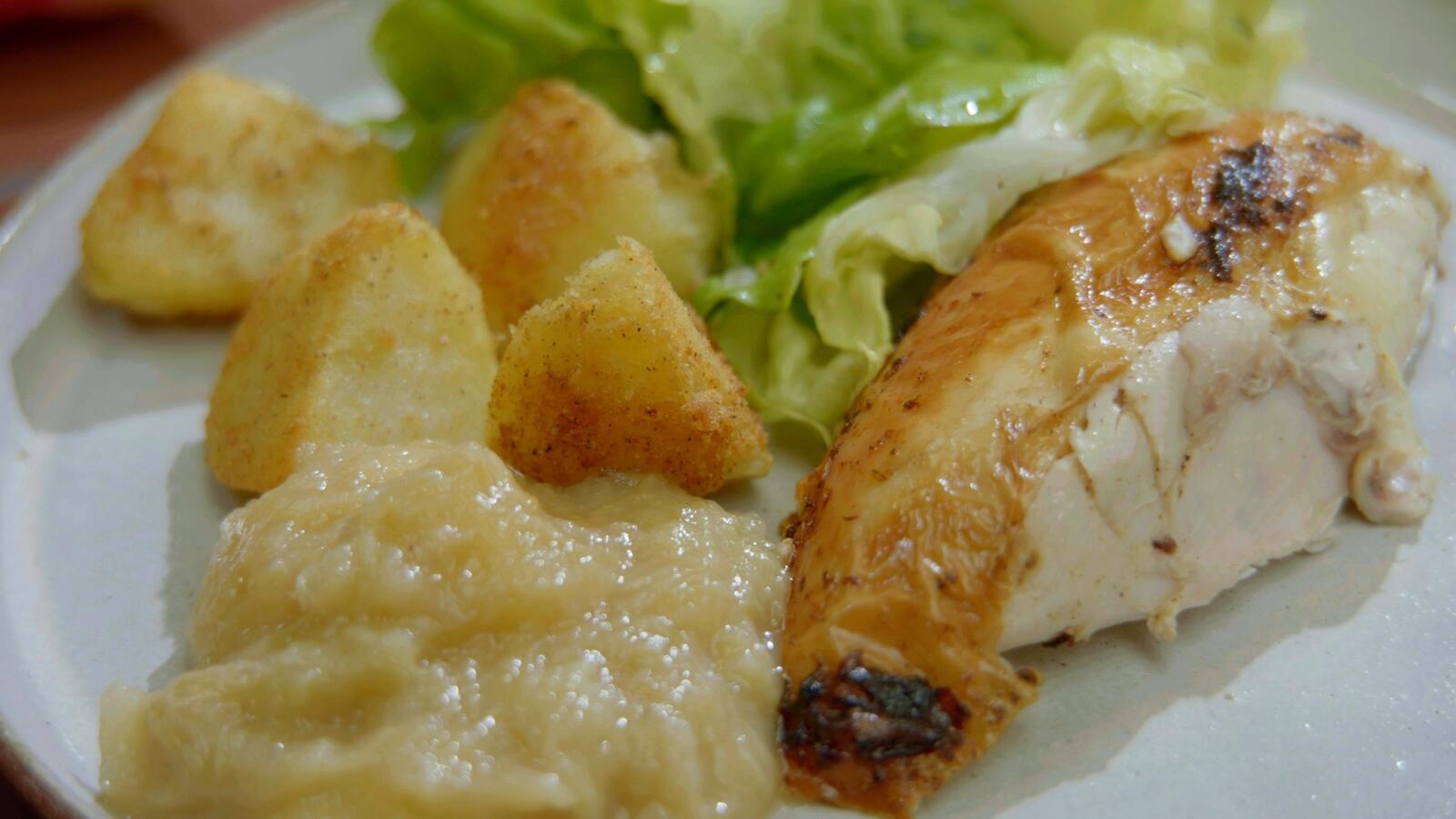 Gebraden kip met rabarber-appelmoes, gebakken aardappelen en kropsla