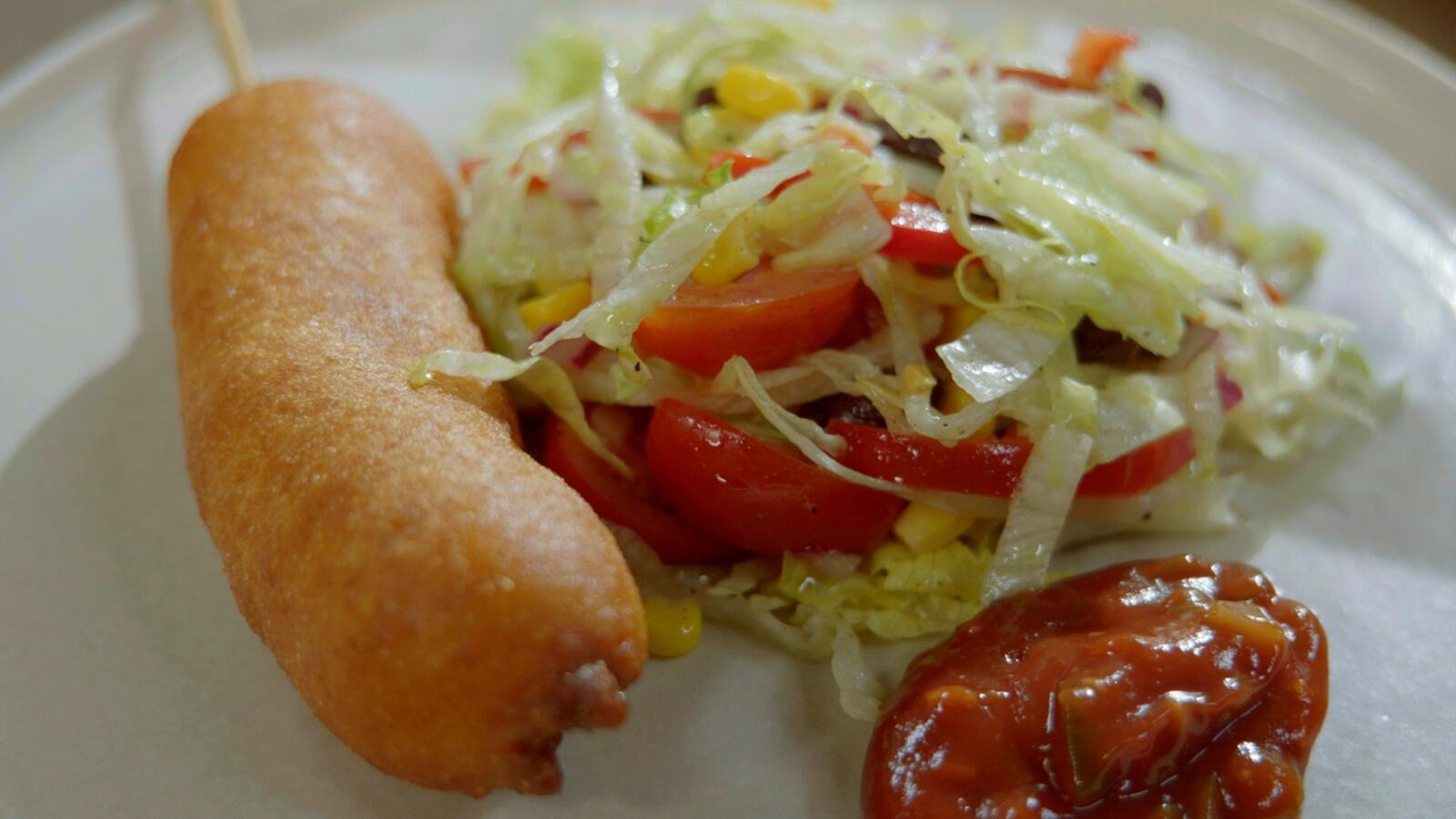 Corn dog met Mexicaanse salade en pittige salsa