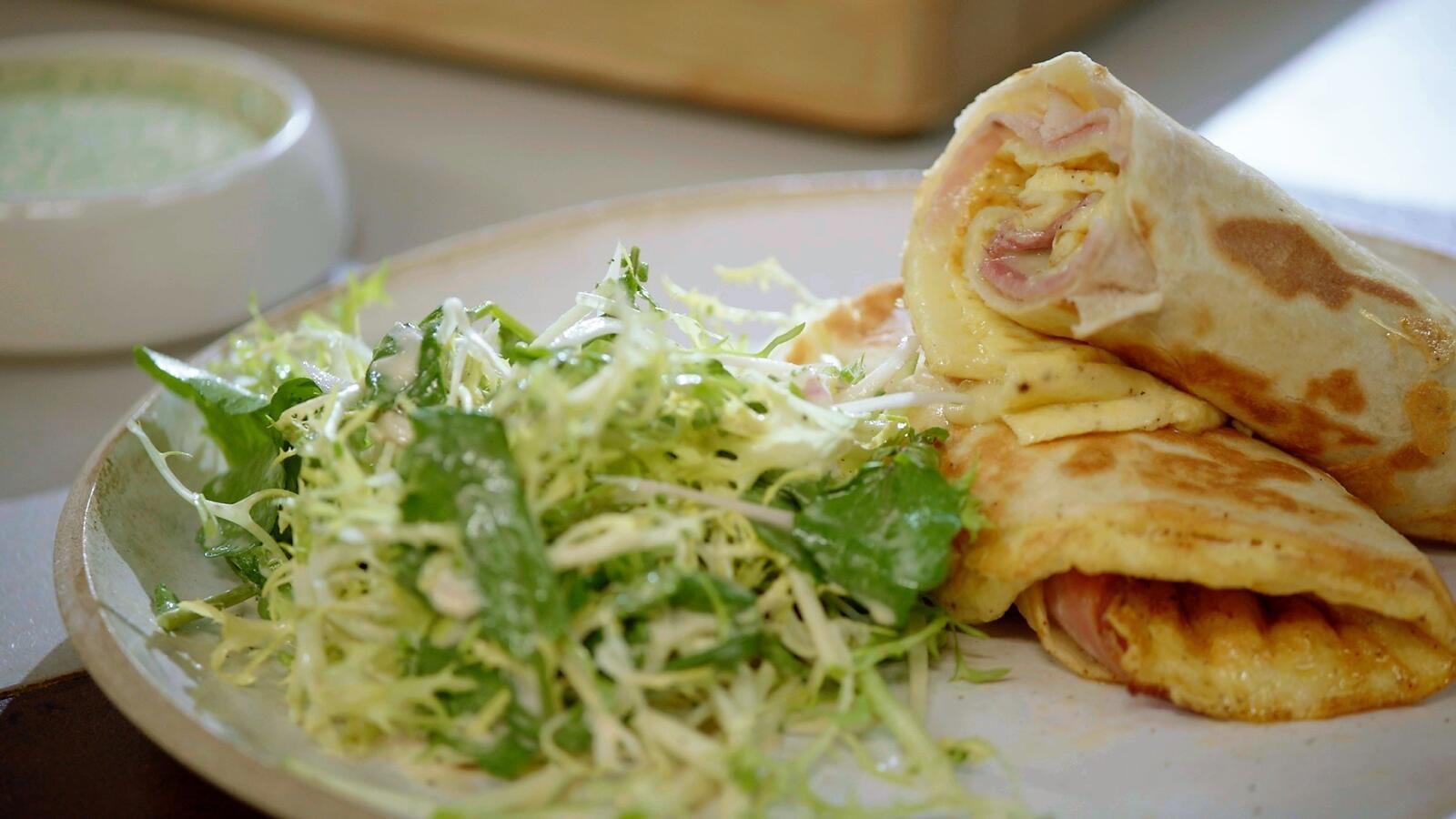 Warme wrap met ham, kaas en omelet