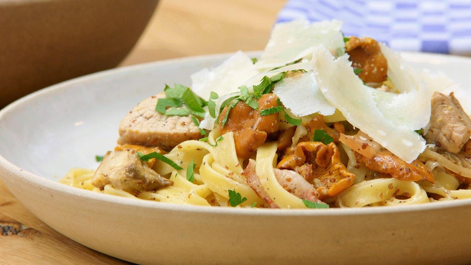 Pasta met kalfsvlees, champignons en spek