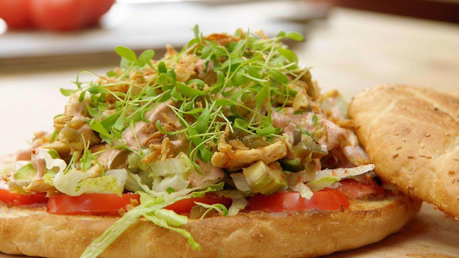 Turks brood met gegrilde kipsla, tandooridressing en avocado