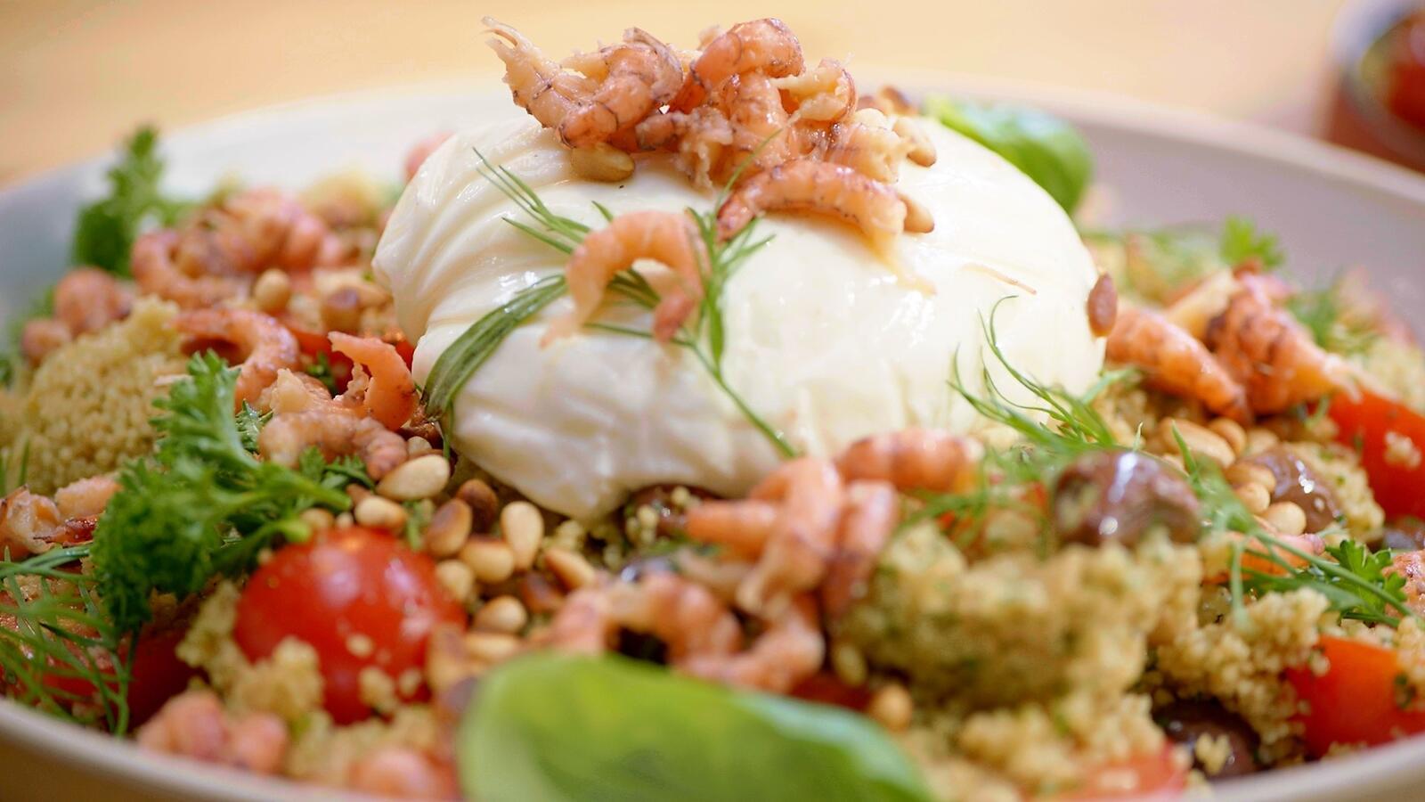 Couscoussalade met salsa verde, burrata en grijze garnalen