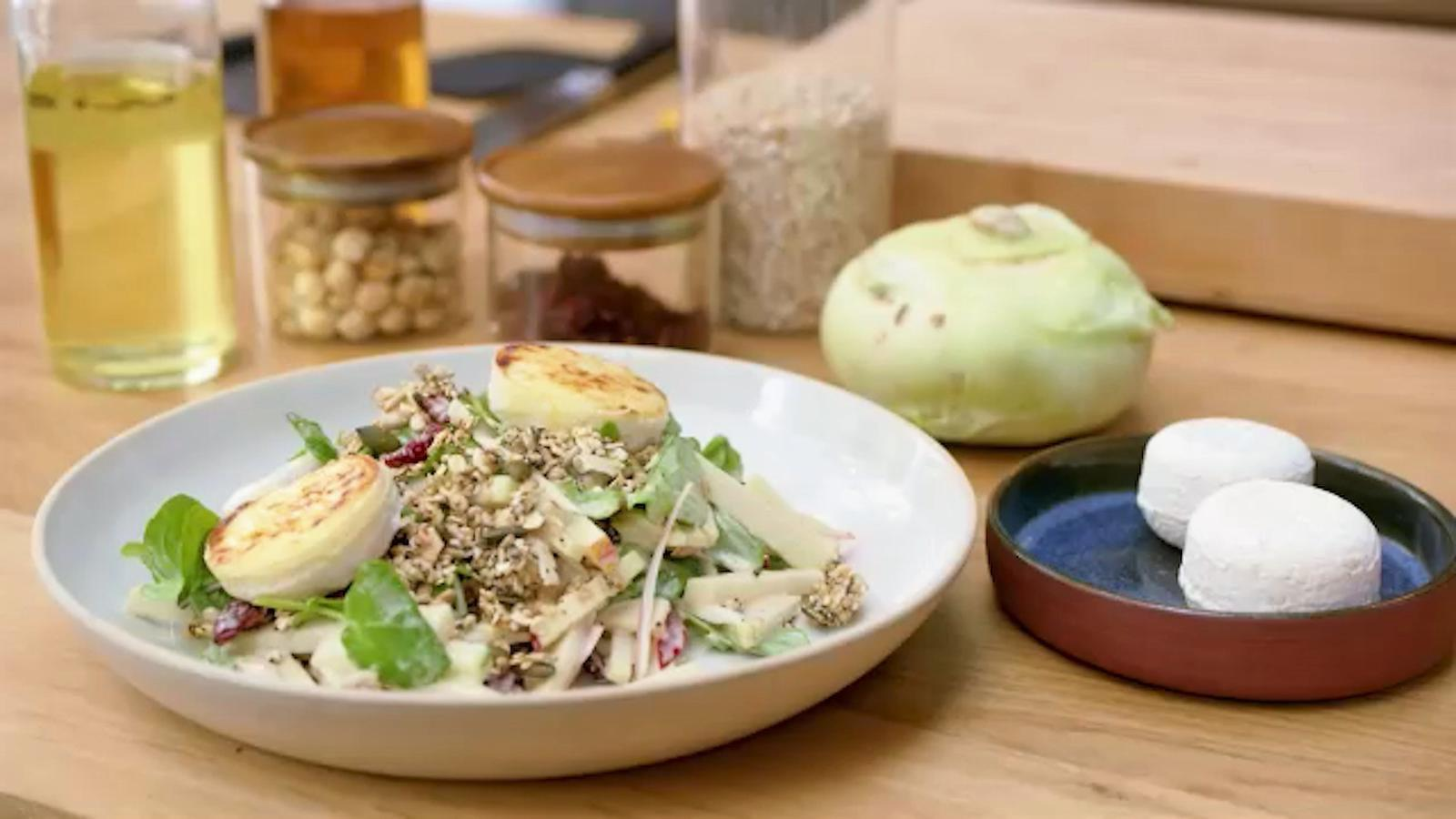 Salade met koolrabi, appel, granola en geitenkaas