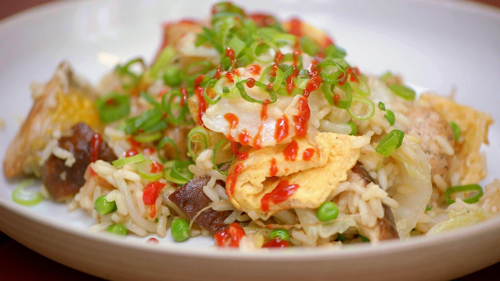 Gebakken rijst met Chinese kool, parelhoen en omelet