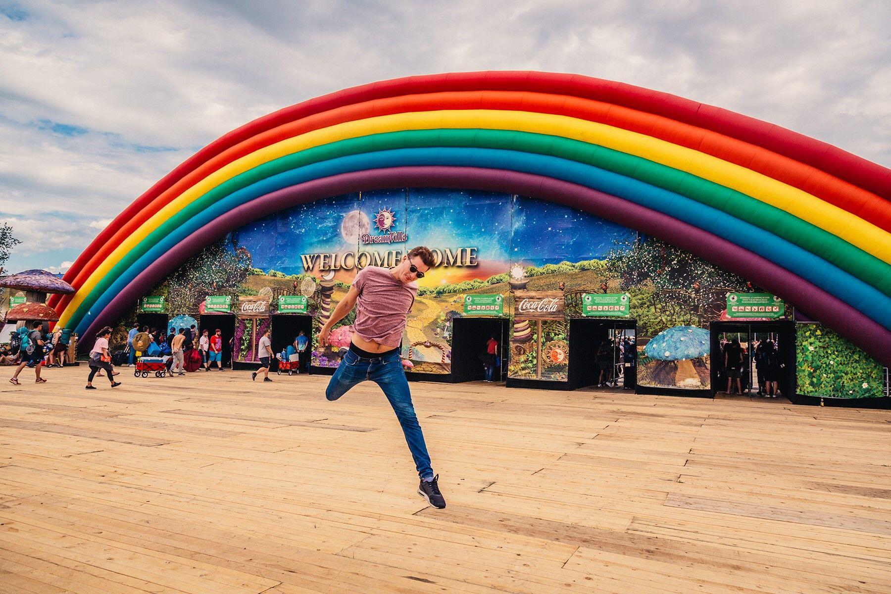 Tomorrowland bram verkent de mooiste camping van wereld dreamville vrt nu - Scherm thuis van de wereld ...