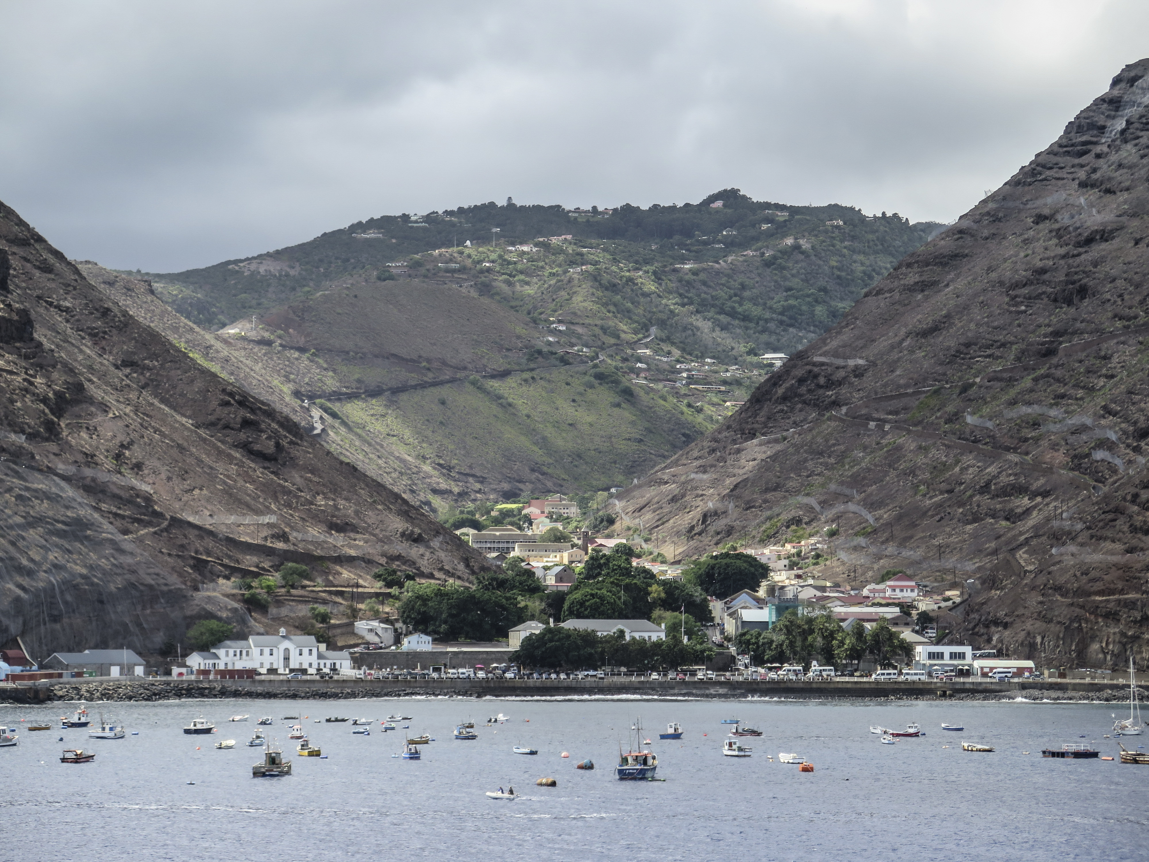 Lijnvliegtuig landt voor het eerst op afgelegen eiland sint helena vrt nws - In het midden eiland grootte ...