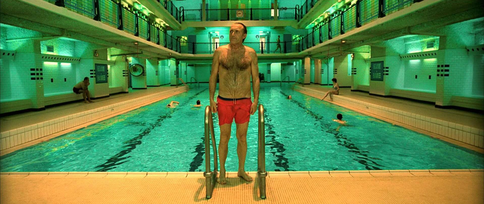 """Herinnert u zich het art deco-zwembad uit """"Amélie""""? Na twee jaar renovatie is het weer open"""