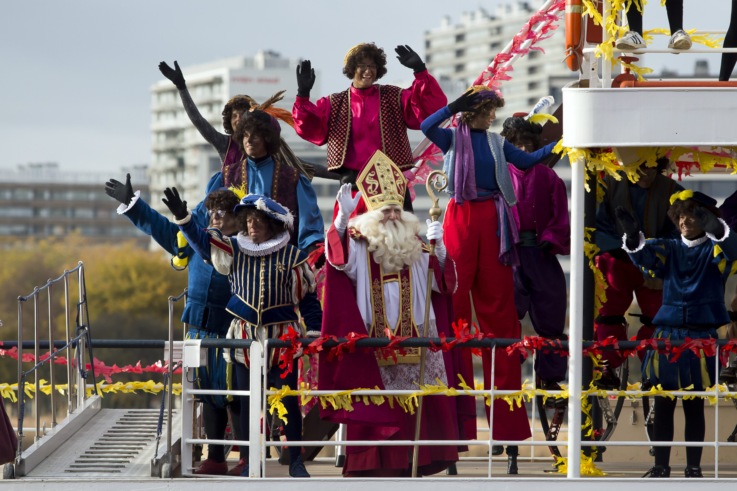 Sinterklaas en zwarte Pieten palmen centrum van Antwerpen in tijdens blijde intrede