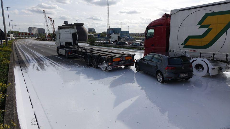 """Van de """"pladijsfile"""" tot de witte plas calciumcarbonaat: grote verkeershinder door bijzonder ladingverlies"""