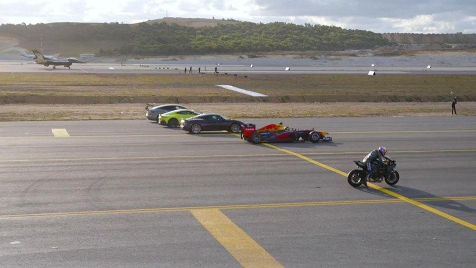VIDEO: Dragrace tussen F16, Tesla, F1-auto, superbike: wie wint?