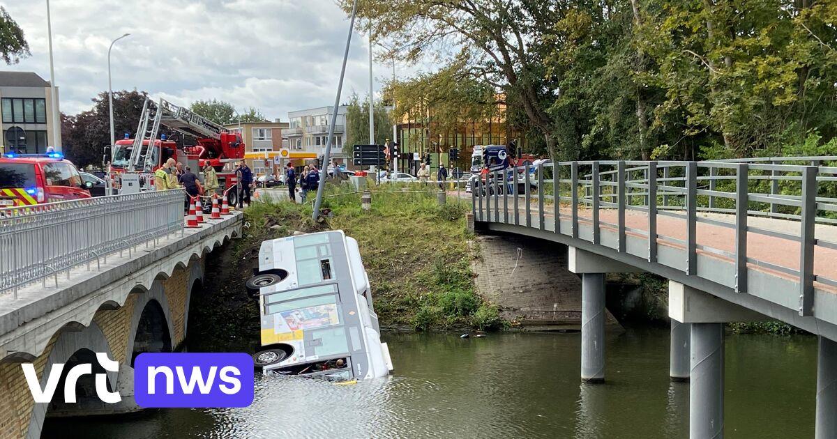 Bus van De Lijn belandt in het water in Brugge