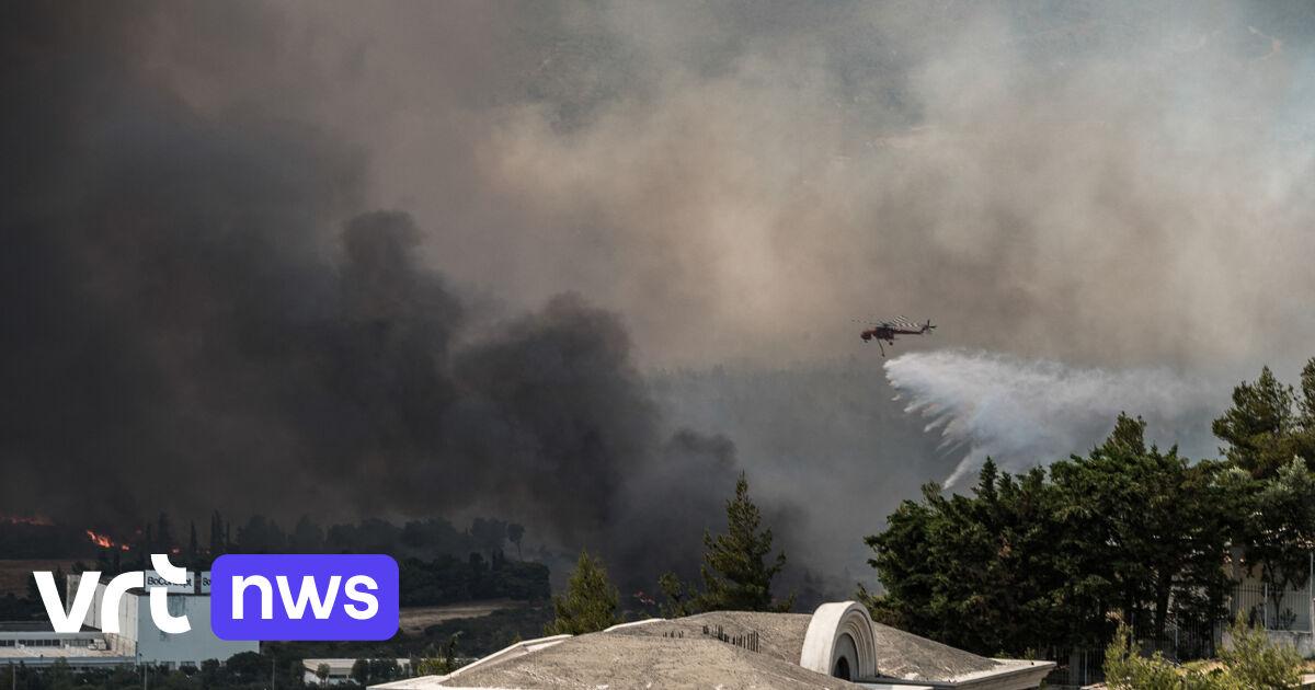 Mensen vluchten voor bosbrand bij Athene: «Achter ons is de hel»