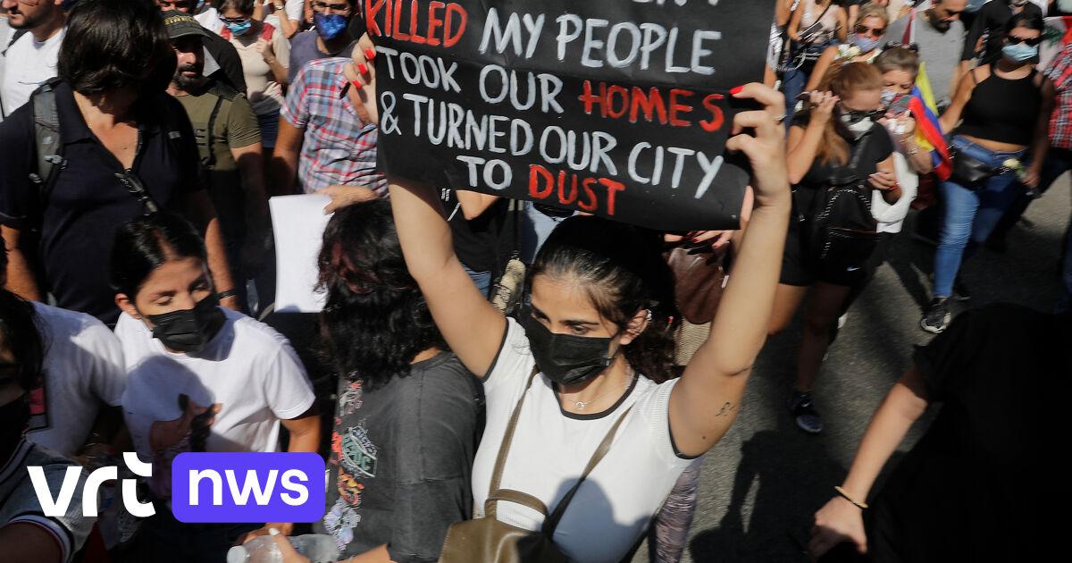 Duizenden mensen op straat één jaar na explosie in Beiroet, Libanese veiligheidstroepen zetten waterkanon en traangas in