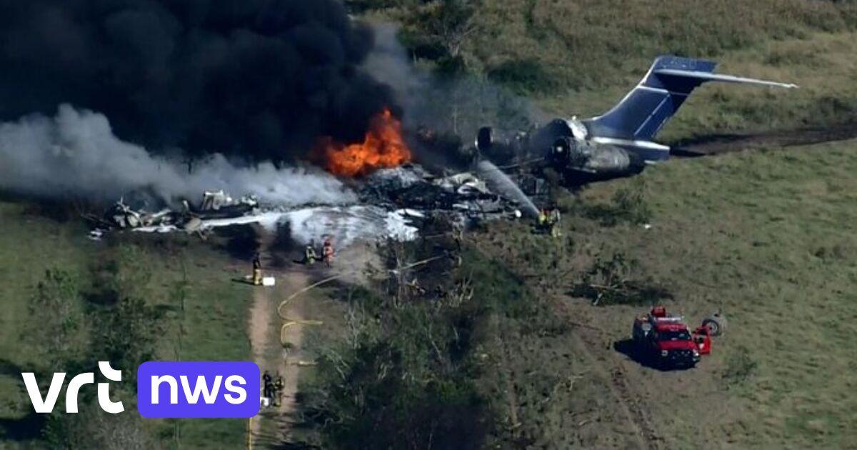 Alle 21 inzittenden van vliegtuig ontsnappen veilig na crash in Texas, vlak voor toestel in brand vliegt
