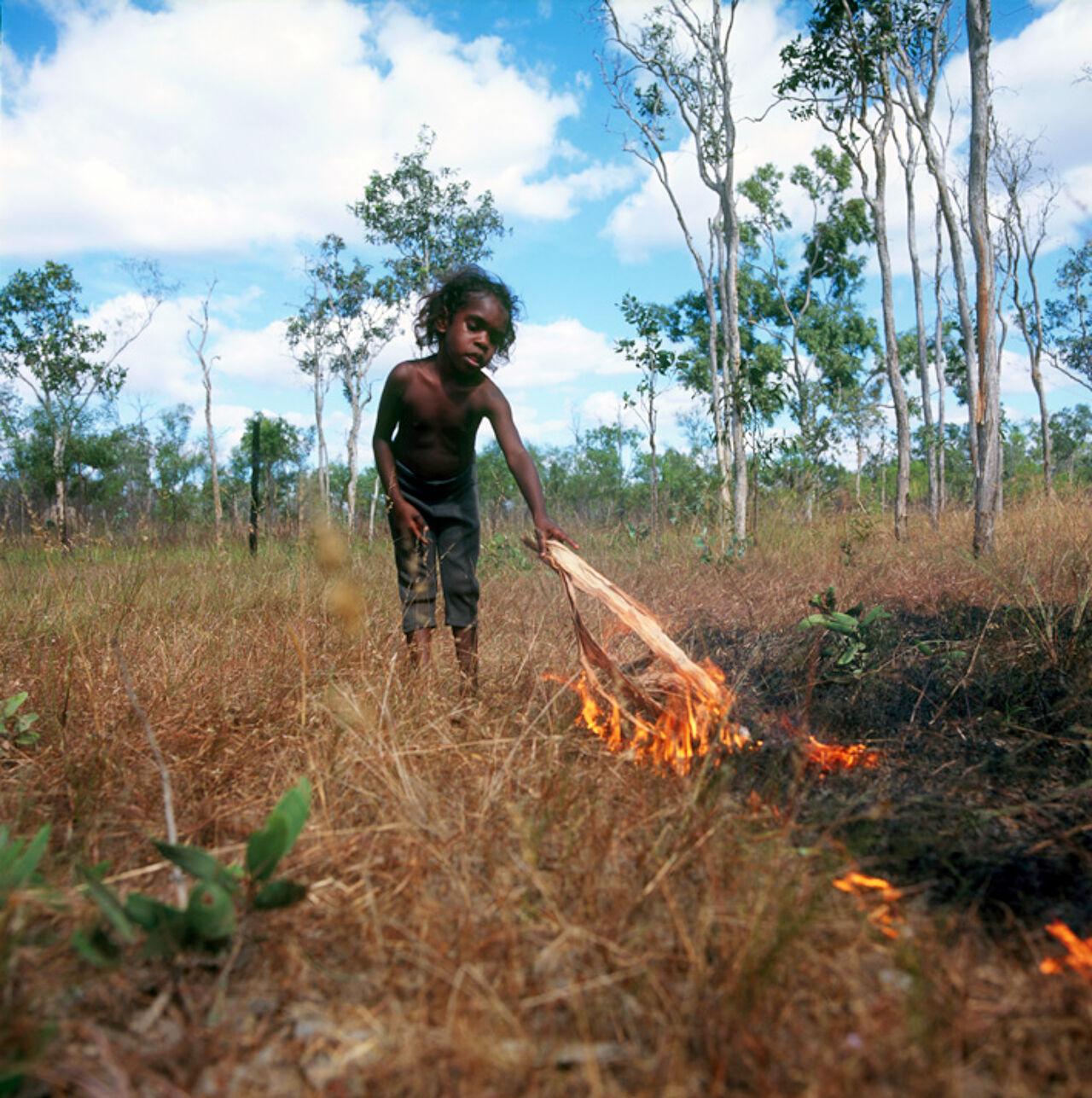 На фотографии австралийские аборигены добывают огонь