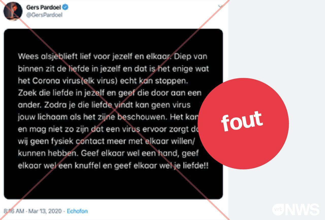 Een bericht waarin Gers Pardoel wel oproept om te knuffelen en handen te geven. Dit is compleet fout en ook potentieel gevaarlijk