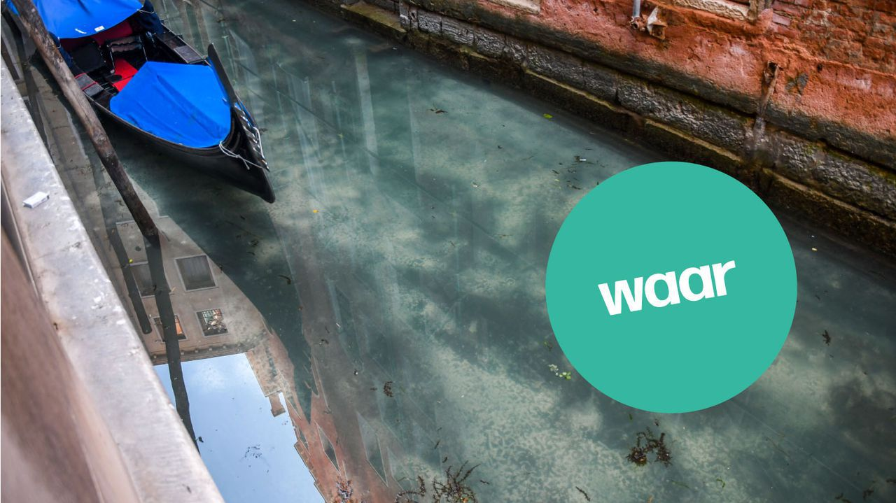 Een foto van heel helder water in Venetië.
