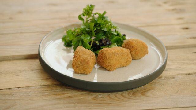 Dagelijkse Kost Vleeskroketje Van Konijn En Een Salade Met