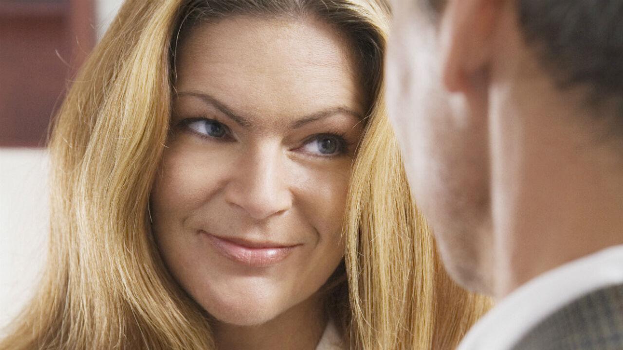 Hoe flirten met vrouwen
