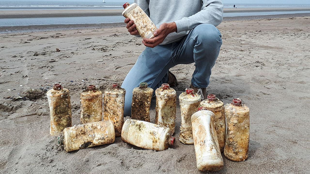 Na 52 jaar op de zeebodem: flessen motorolie uit 1966 spoelen aan op onze stranden