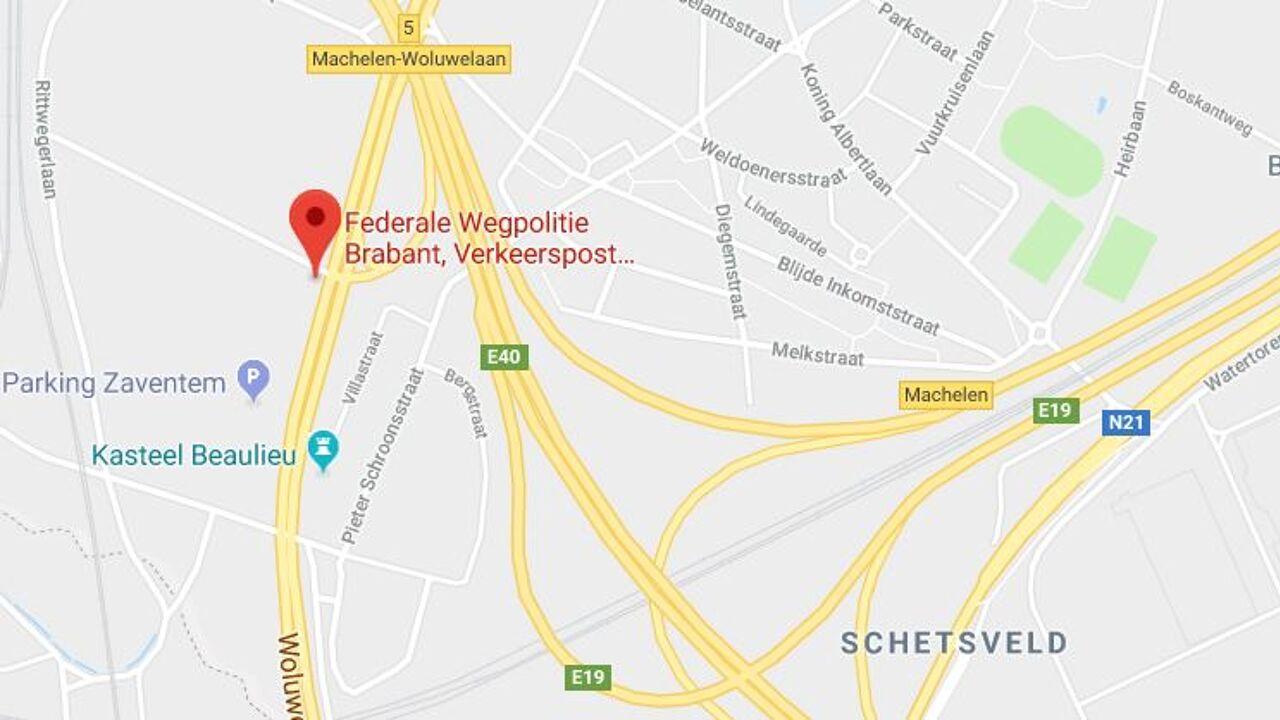 Vrachtwagen rijdt in op oud politiekantoor Machelen: twee doden
