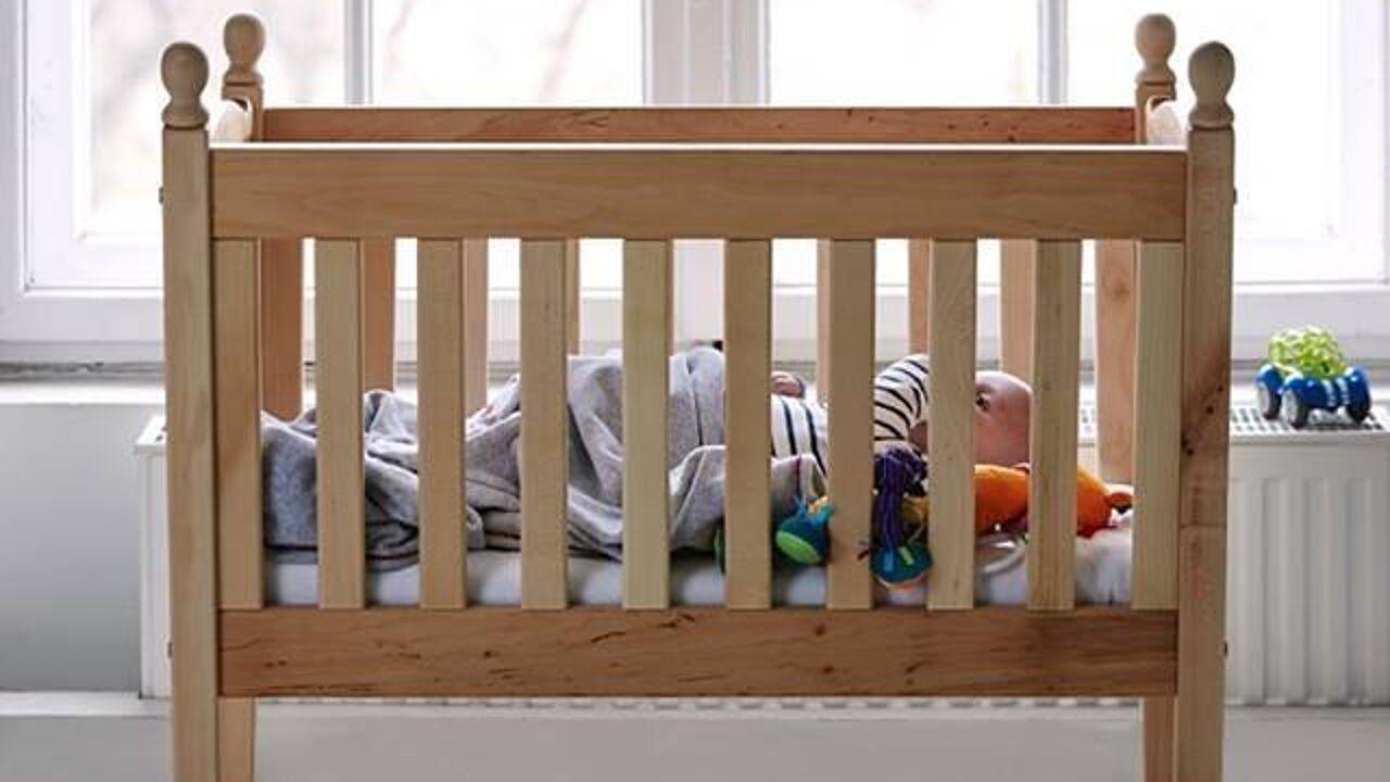 Baby op slaapkamer ouders laten slapen heeft niets dan for Baby op zij slapen kussen