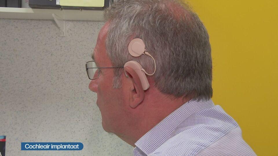 Première mondiale : un robot place un implant auditif à Anvers
